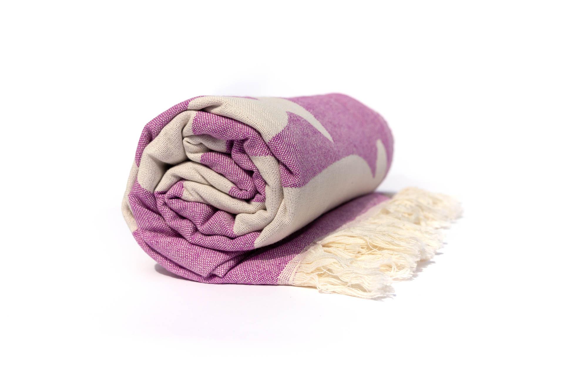 лилава кърпа за плаж навита
