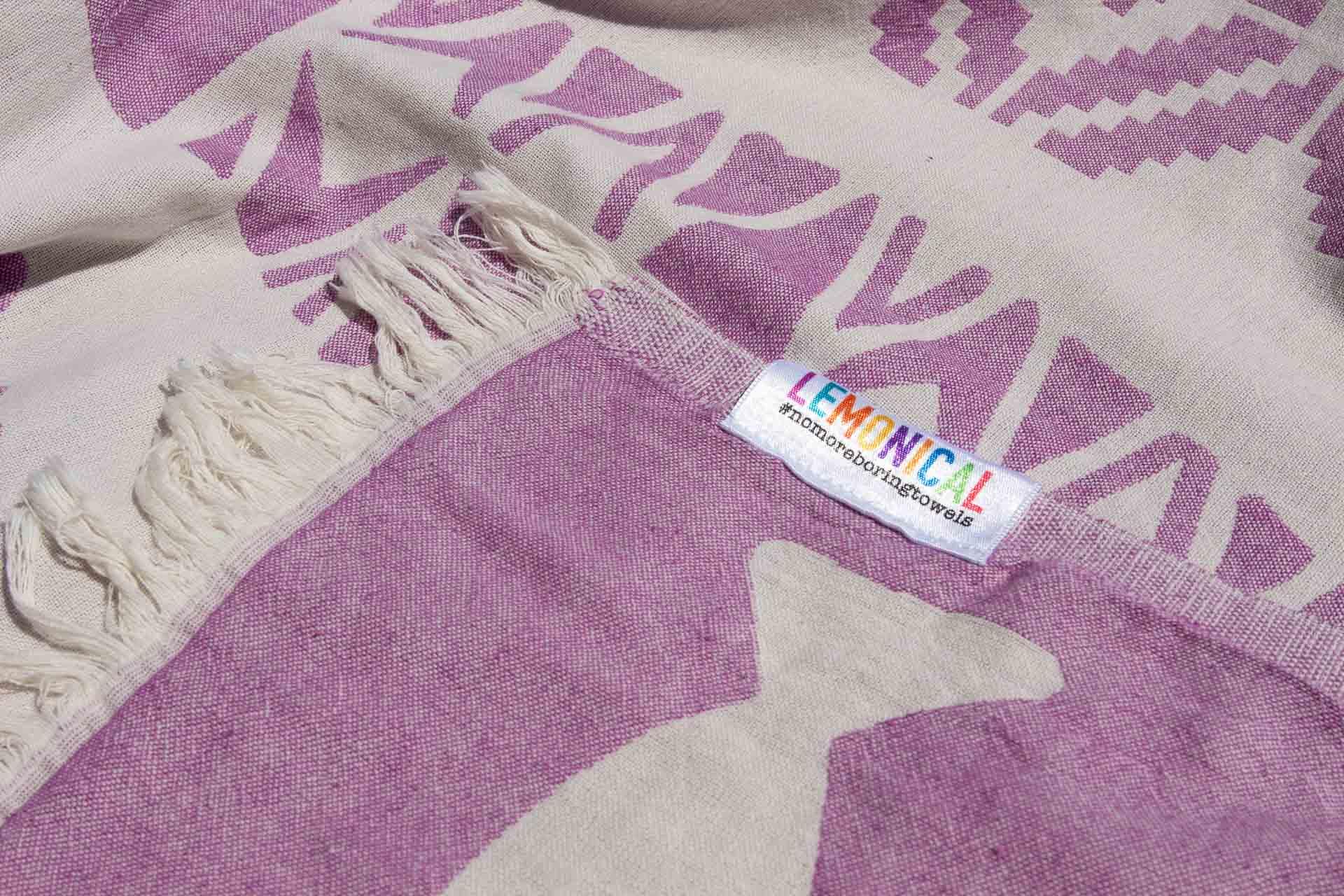лилава кърпа за плаж отблизо