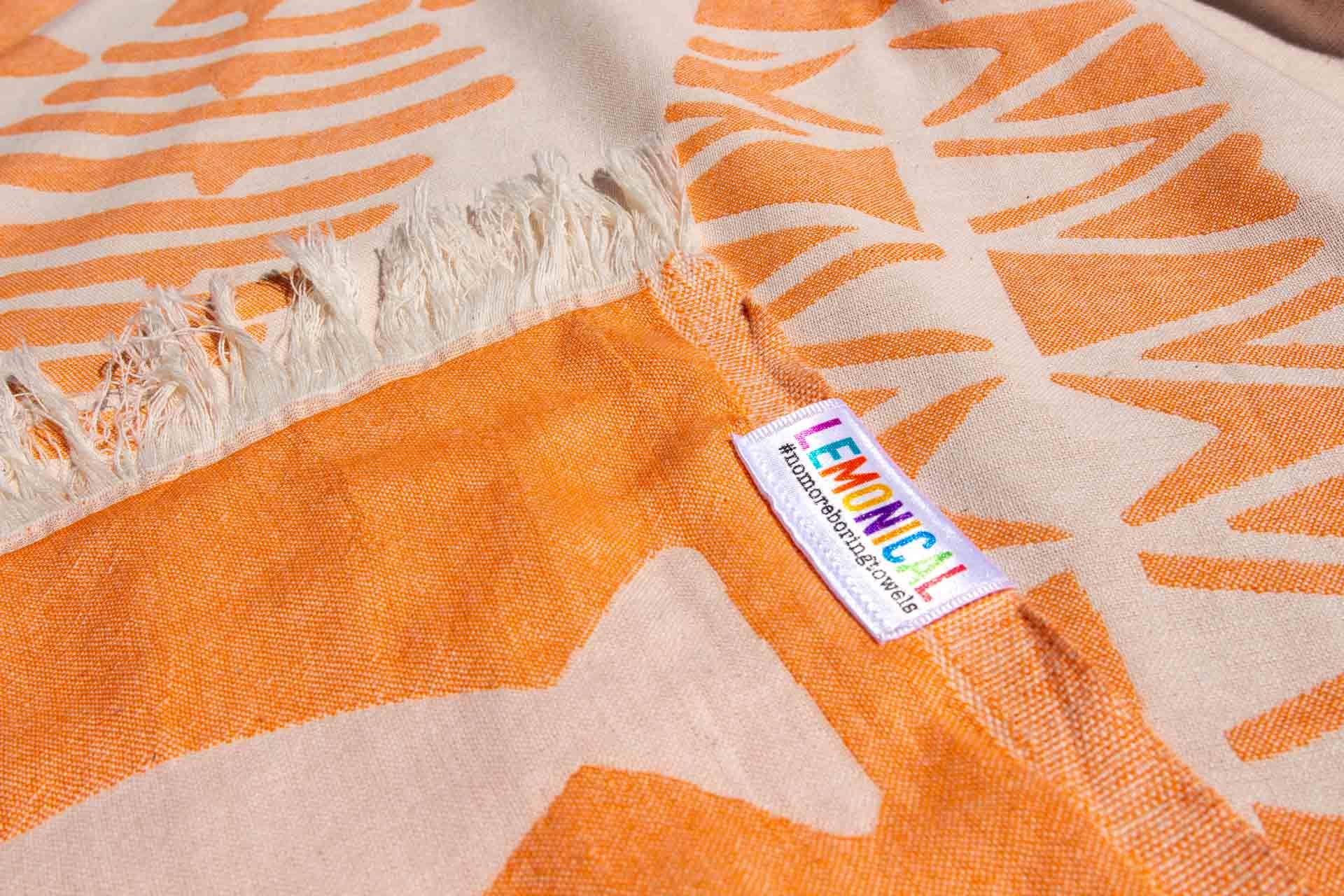 оранжева кърпа за плаж отблизо