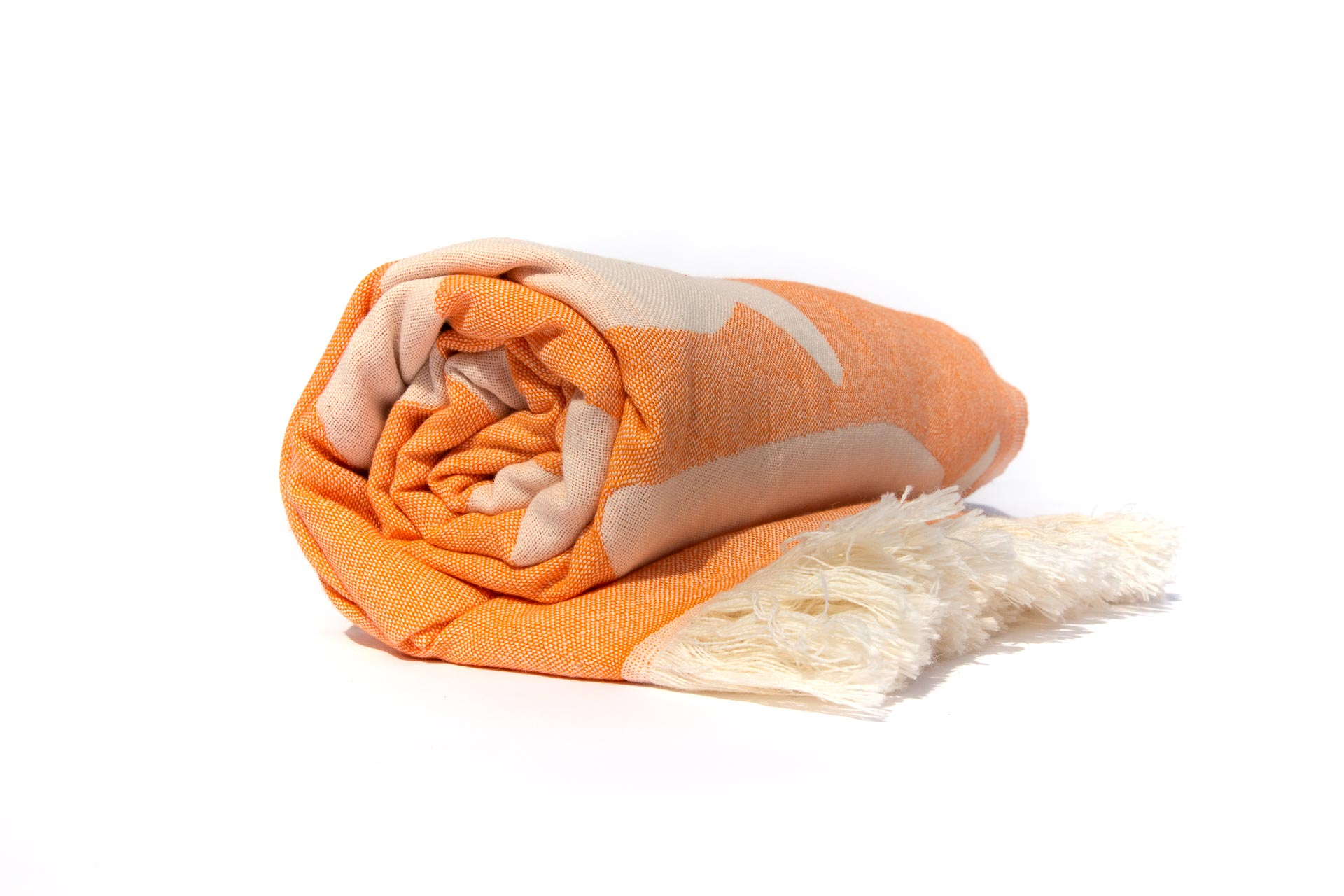 оранжева кърпа за плаж навита