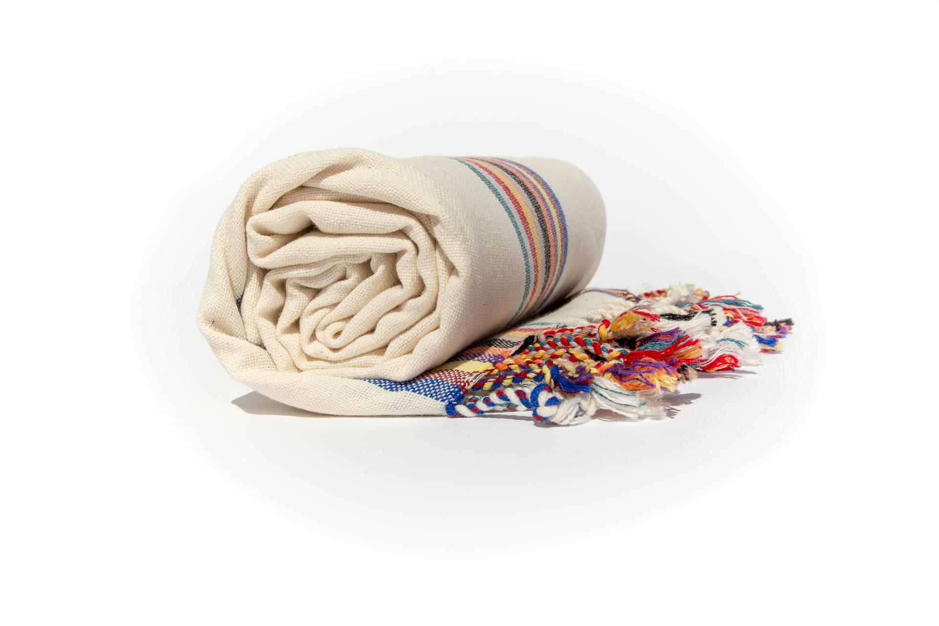 натурална кърпа за плаж навита